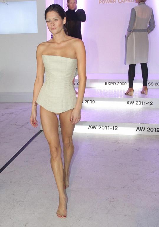 Modelka v jednom z modelů Denisy Nové.