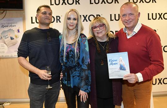 Jana Fabiánová společně s maminkou Naďou Urbánkovou, snoubencem Dinem Bosem (vlevo) a moderátorem Karlem Voříškem pokřtila svou knižní prvotinu Krásně zdravá.