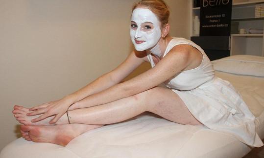 Tereza Vágnerová vypadá s maskou na obličeji vtipně.