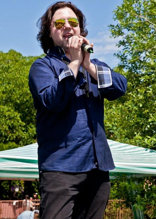 Felix si zahraje v muzikálu Kapka medu pro Verunku hloupého Honzu.