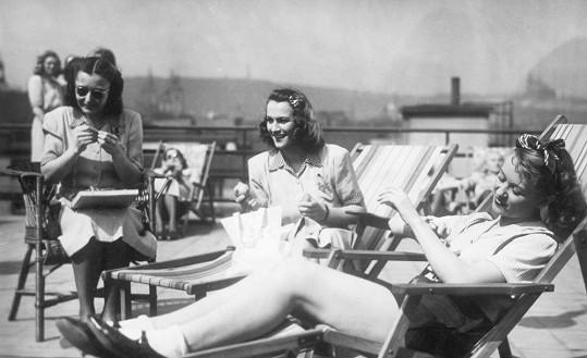 Hana Vítová, Adina Mandlová a Nataša Gollová se potkaly ve filmu Šťastnou cestu (1943).