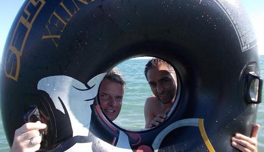 Martin a Vlasta dovádí v moři.