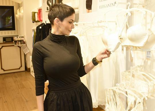 Není pro ni snadné vybrat prádlo. S nadšením přišla obhlédnout nové modely prémiových podprsenek.