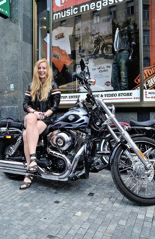 Sabina Křováková jako rajcovní motorkářka