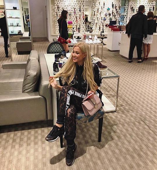 Luxusní dovolené, drahé kabelky i nejnovější kolekce oblečení. Tak si žije Dominika Myslivcová.