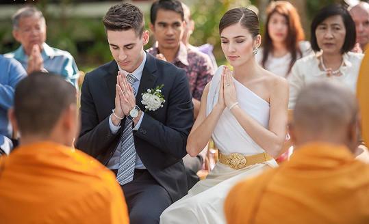 Páru propůjčili dokonce i svatebčany.