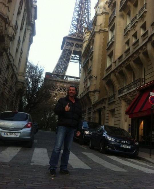 Indián pod Eiffelovou věží