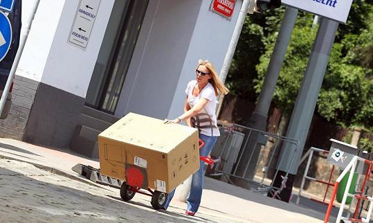 Kobzanová je zvyklá poradit si sama. Takto stěhovala spotřebiče do svého nového bytu.