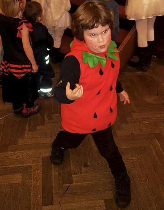 Syn Ornelly Koktové Quentin šel na maškarním plese za jahodu.