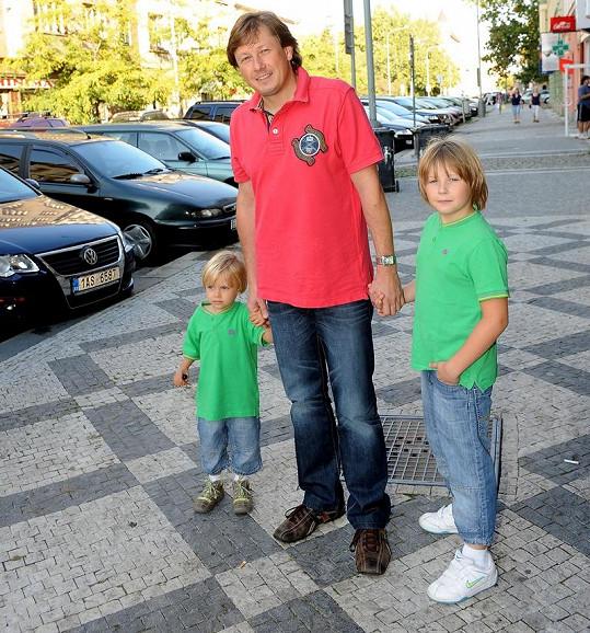 Cibulkovi přišel popřát ke kalendářům i kouzelník Pavel Kožíšek s dětmi.
