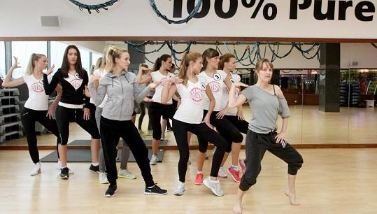 Dívky nacvičují choreografii.