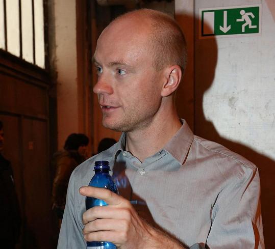 Jan Budař odpočívá po náročném sklářském výkonu.