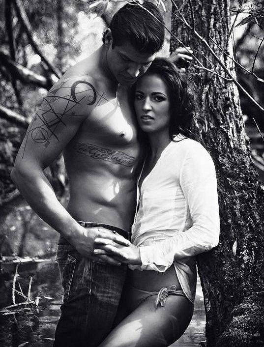 Však se prý dvojice málem neudržela a oddala se vášni.
