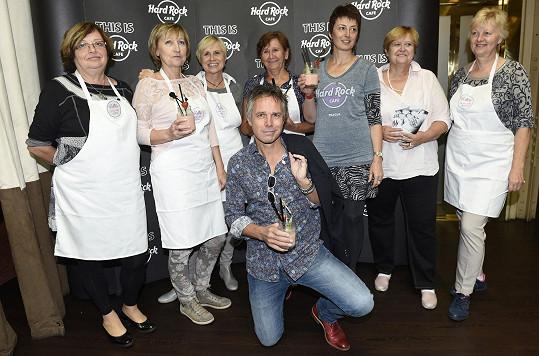Společné foto se sedmi statečnými dámami