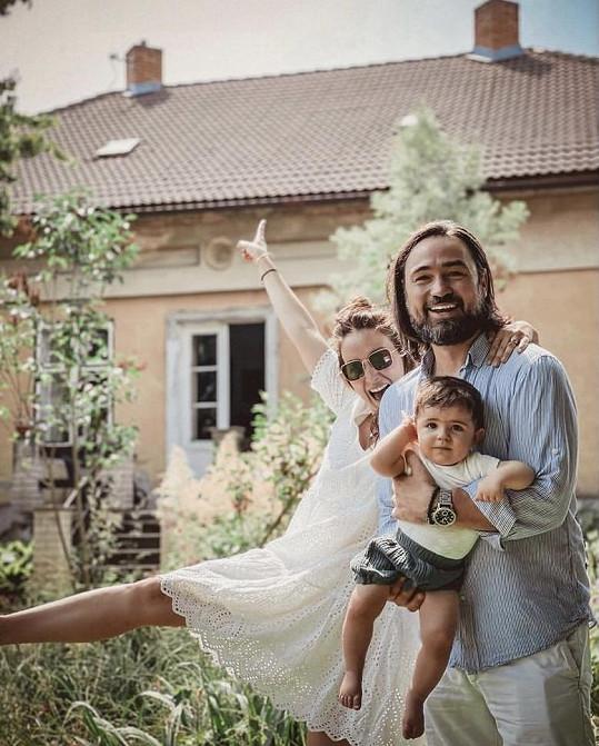 Veronika Arichteva s manželem Biserem a synem Lukou před domem, který koupili. Teď je čeká rekonstrukce.