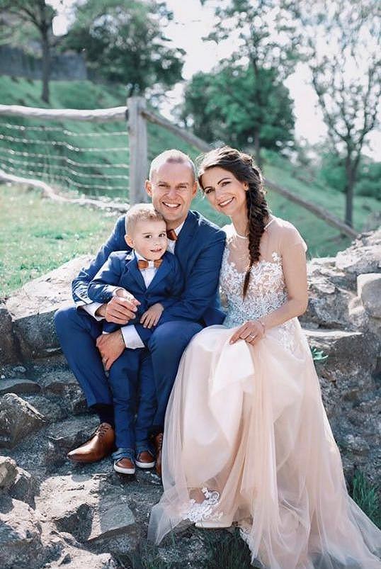 Veselku oblíbeného moderátora Pavla Cejnara a jeho partnerky Veroniky, se kterou má tříletého syna, propálili jeho kamarádi na sociálních sítích.