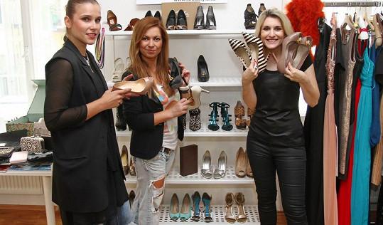 Kamarádka Alena Šafratová jim půjčila svoje luxusní střevíčky.