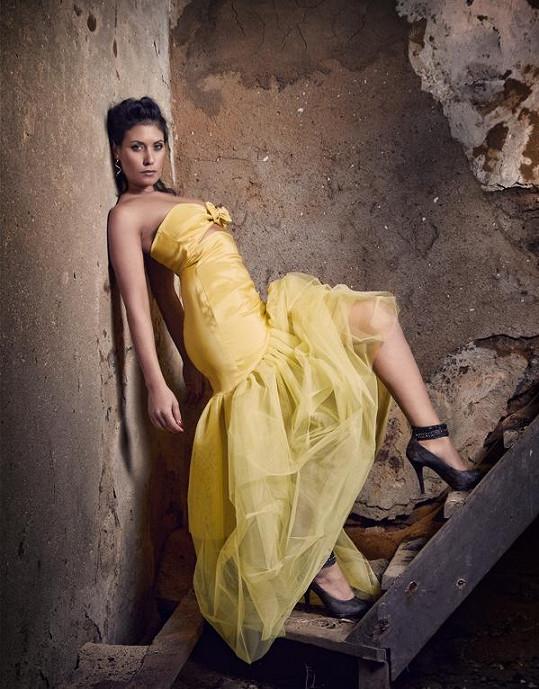 Adéla Taş září nejen jako malířka, ale i jako modelka.