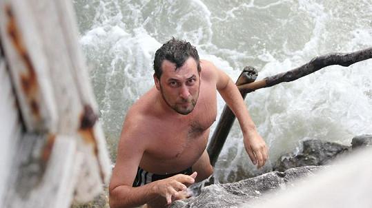Domenico vylézá z rozbouřeného moře.