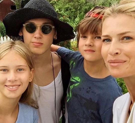 Daniela Peštová se syny Yannickem Faustem (vlevo), Paulem (vpravo) a dcerou Ellou