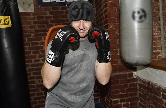 S čepicí a ve sportovním už pomalu připomíná Rockyho.