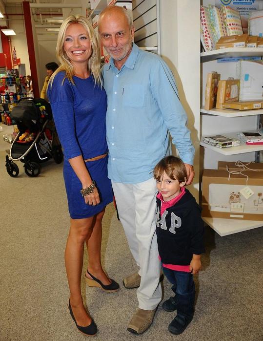 Lucie Borhyová s majitelem obchodu Babiez a se synem Lucasem.