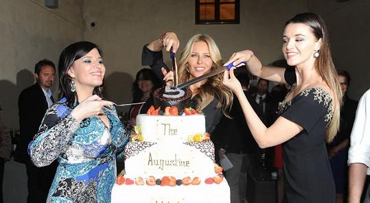 Simona s Andreou Kalivodovou a Ivou Kubelkovou rozkrojila slavnostní dort.