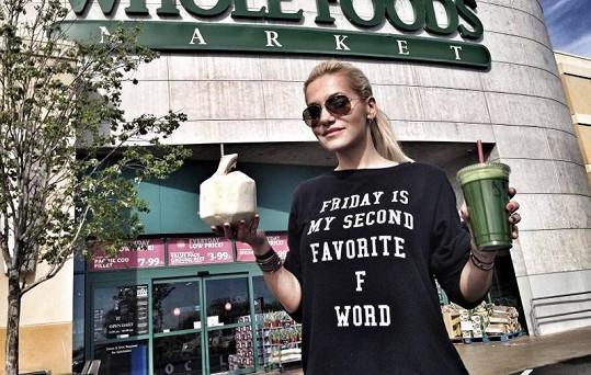 Vyznavačka zdravého životního stylu je v Los Angeles spokojená. Je pečená vařená v prodejnách s biopotravinami, kde potkala Pamelu Anderson.
