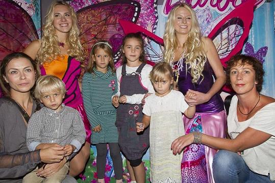 Jana (úplně vlevo) s kamarádkou Kristýnou Frejovou (úplně vpravo), její dcerou Ráchel (v lacláčích) a svými třemi dětmi.
