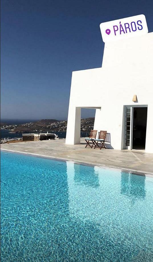 Modelka se také pochlubila svým luxusním apartmánem s výhledem na moře.
