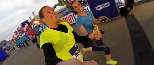 Monika Leová nakonec závod nestihla, a tak místo ní znovu běžely Eva Čerešňáková s Terezou Skoumalovou (vpravo)