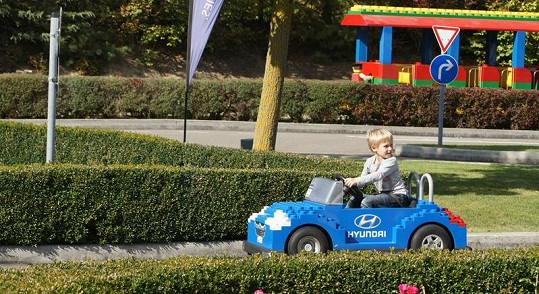 Jakub už může v sedmi letech jezdit sám.