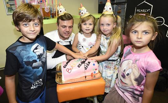 S dcerami Míši Noskové a Kateřiny Kristelové oslavil Michálek Decastelo sedmé narozeniny.