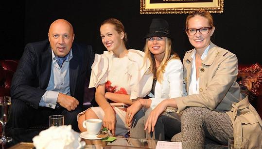 Němcová ve stanu s organizátorkami týdne módy Bárou Bergovou, Karolínou Bosákovou a starostou Prahy 1 Oldřichem Lomeckým.