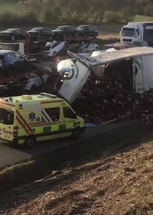 Zpěvák kvůli nehodě uvízl na dálnici.