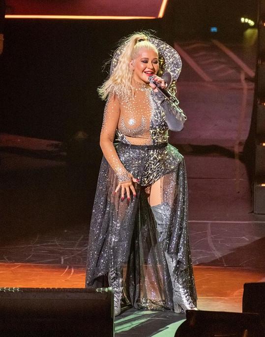 Christina Aguilera ráda ukáže i svou lehce oplácanou postavu v průhledných, a hlavně hodně upnutých modelech.