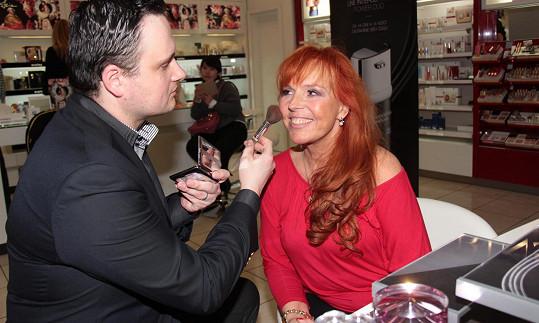 Marcela Holanová stav své pleti konzultuje se specialistou Jakubem.