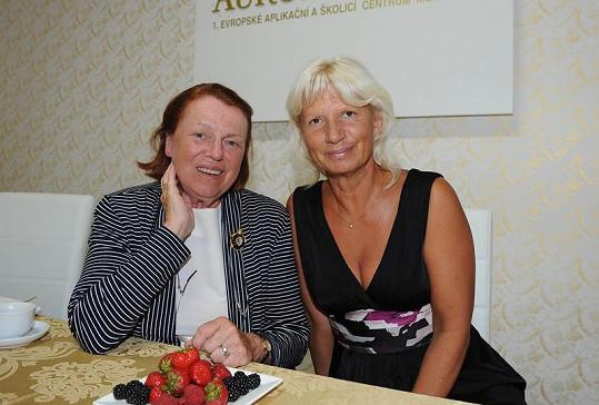 Iva Janžurová přišla po dovolené oslavit první výročí kliniky své kamarádky MUDr. Ivany Němečkové.