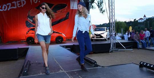 Bára s kamarádkou, fotografkou Natálkou, často spolupracuje.