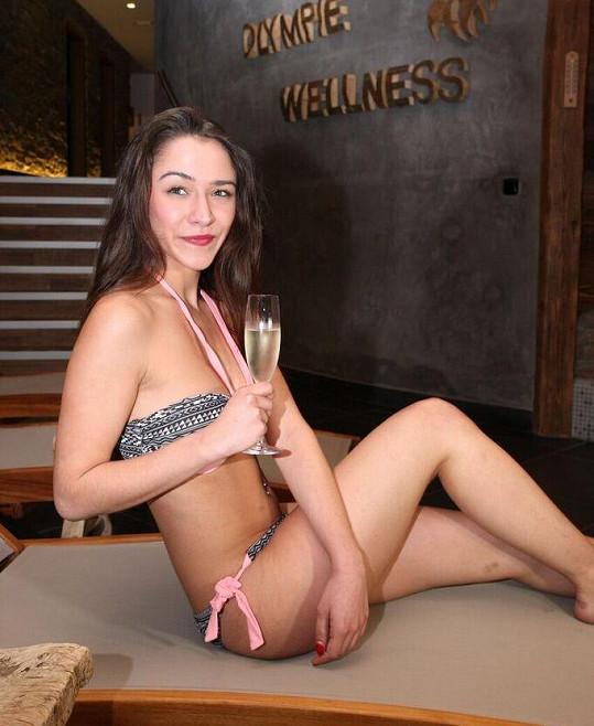 Ke spa patří sklenička šampaňského.
