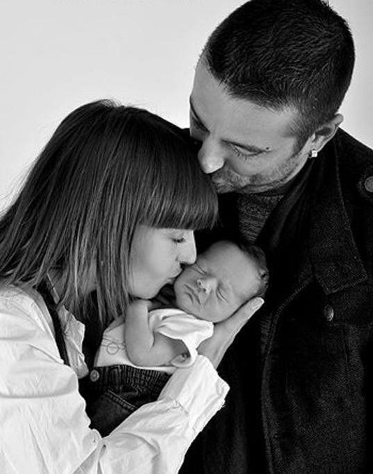 Tony Jalovec se svou mladou ženou a synem.