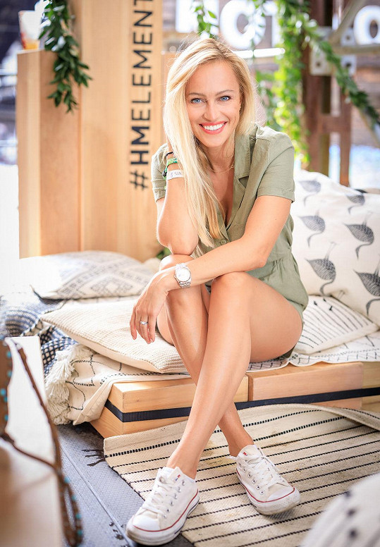 Overal v khaki barvě H&M odhaloval její dokonale opálené nohy.