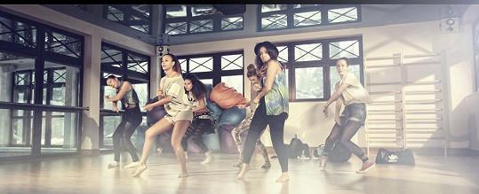 Monika s tanečnicemi.