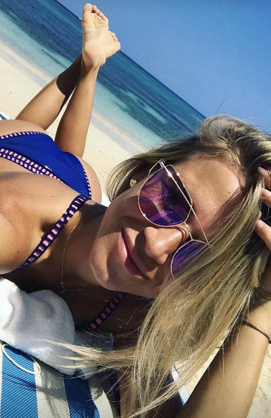 Veronika je na dovolené na Jamajce.