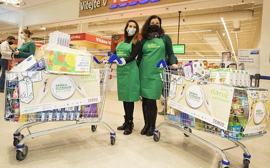 Sbírka potravin, do které se zapojily i Eva Decastelo a Martina Preissová, pomůže zajistit lepší Vánoce lidem v nouzi.