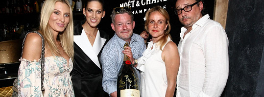 S kolegy na otevření šampaňské lounge
