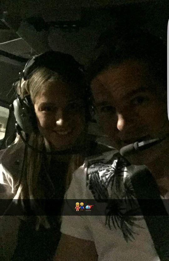 Užívali si ve vrtulníku vyhlídkového letu nad Las Vegas.
