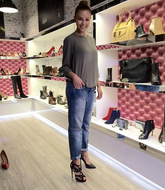 Monika si vybírala botičky pro svůj nový klip.