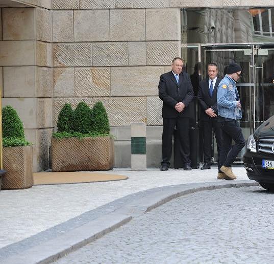 Justin odpoledne opustil hotel a odjel.