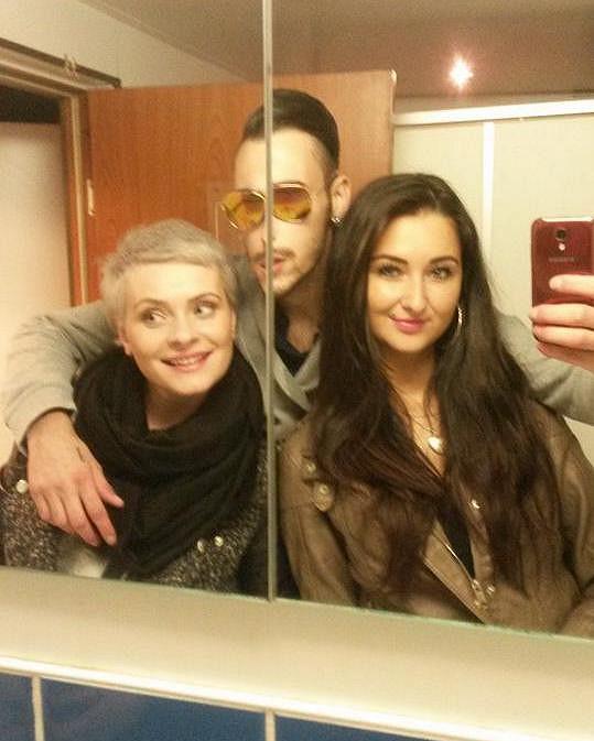 Nový účes Zdenička zvěčnila na skupinové selfie. A docela jí to sekne.